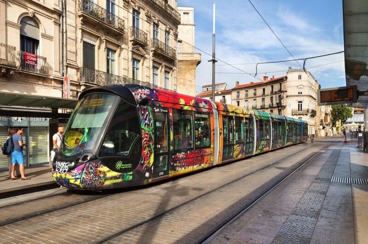 Un tramway qui circule dans les rues de Montpellier