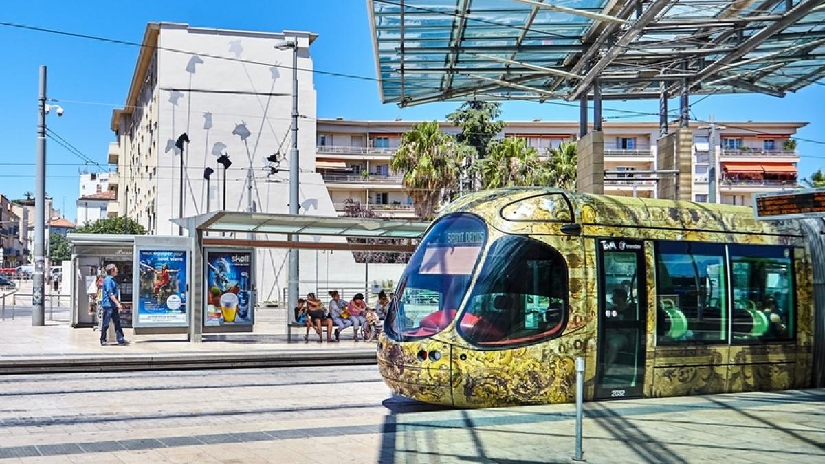 Le tramway de Montpellier à l'arrêt à une station