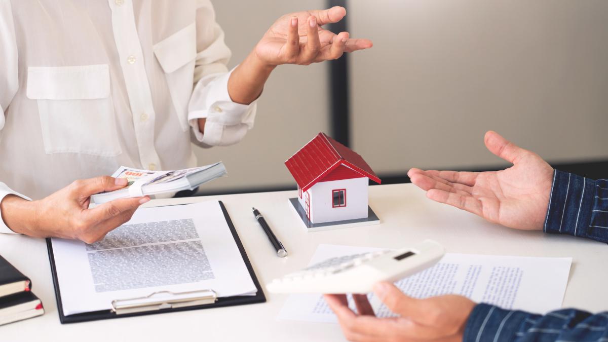 Immobilier à Montpellier – Un banquier négociant un crédit immobilier avec un acquéreur.