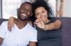 """""""un couple afro-américain montre les clefs d'une maison qu'ils viennent d'acheter"""""""