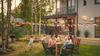 """""""Une famille déjeune dans son jardin devant leur maison"""""""