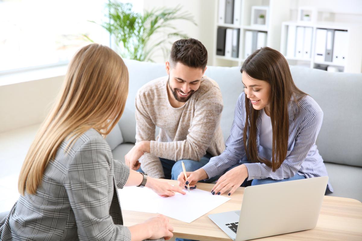 mandat gestion locative montpellier - Rendez-vous entre trois personnes et signature