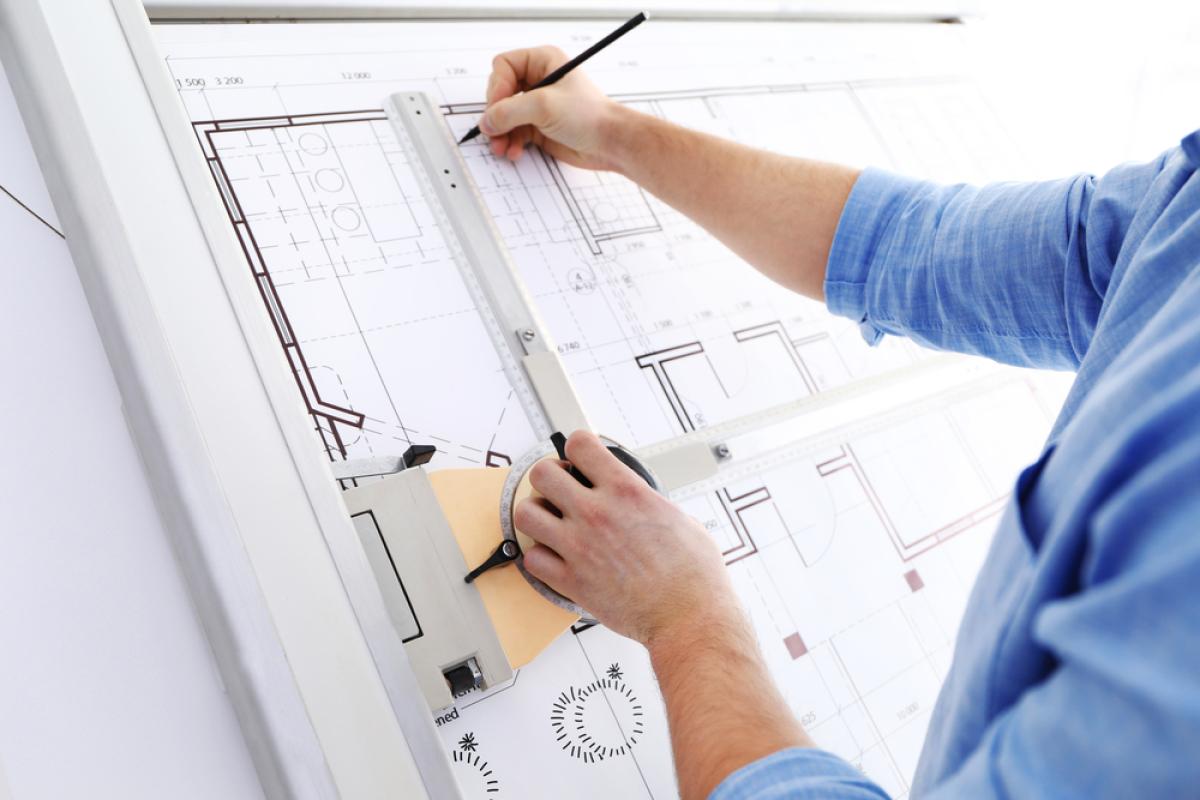Promoteur immobilier à Montpellier – Architecte travaillant sur des plans