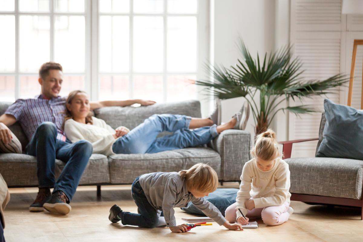 Plafond Pinel à Montpellier – Famille vivant dans leur logement neuf à Montpellier