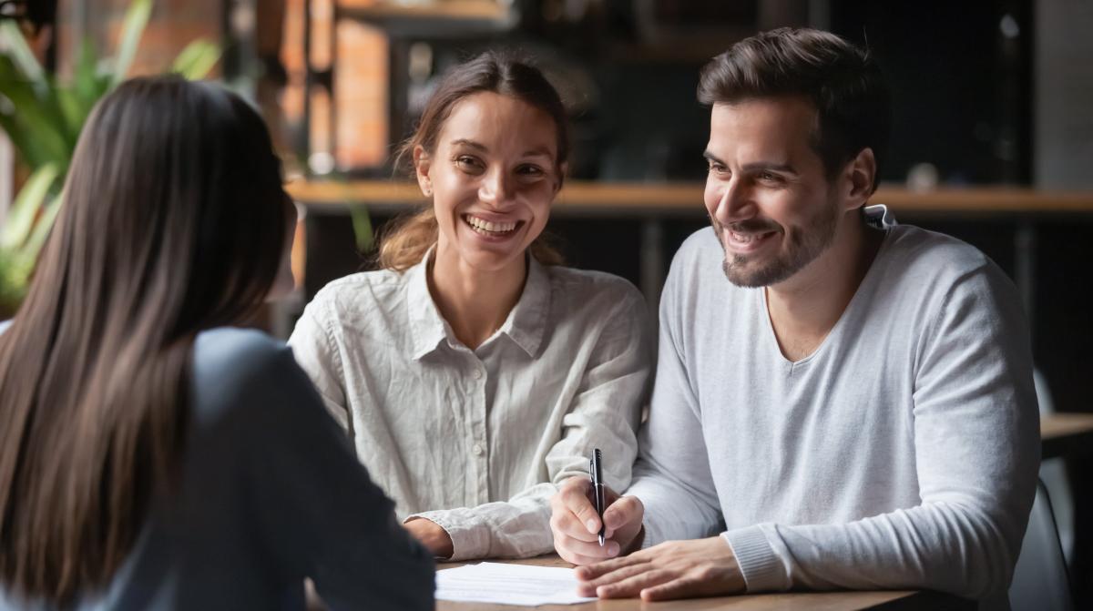 conseil achat immobilier neuf - un couple souriant pour l'achat de son logement neuf