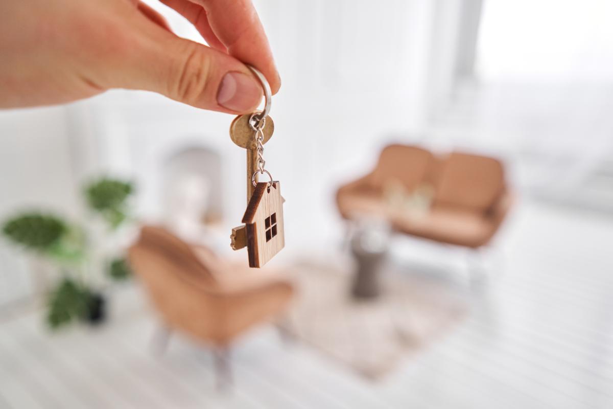 Aide à l'achat immobilier à Montpellier – des clefs d'appartement tenues dans une main de femme