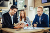 Taux immobilier à Montpellier et en Hérault – jeune couple et leur banquier étudiant leur projet immobilier