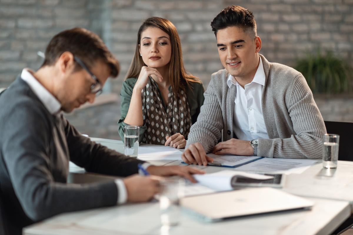 Prêt immobilier à Montpellier – Couple signant leur contrat de crédit in fine
