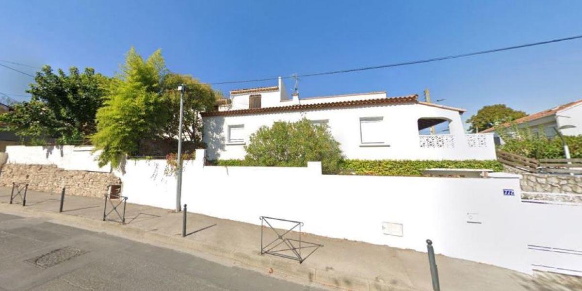 Maison individuelle en R+1 avec balcon et jardinet, rue Fontcouverte, à Estanove