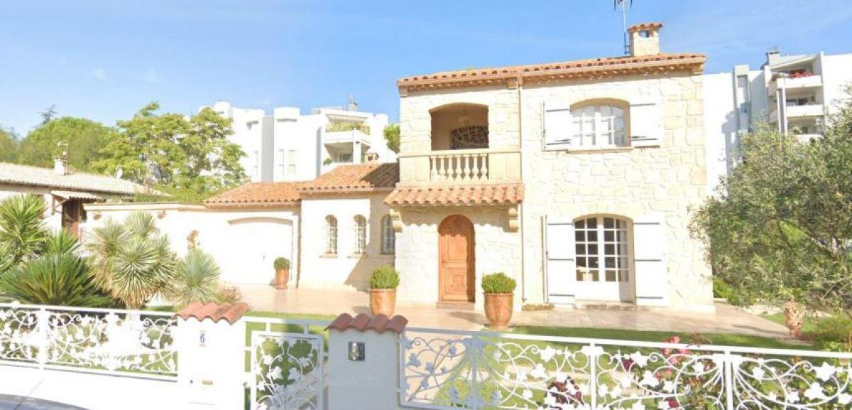 Une maison avec une jolie façade en pierre dans le quartier d'Estanove, au bord de la rue des Hibiscus