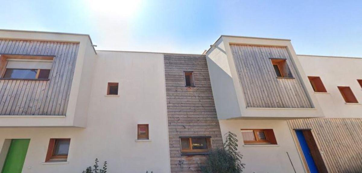 Un logement en R+1 avec une façade munie d'éléments en bois à Fabrègues