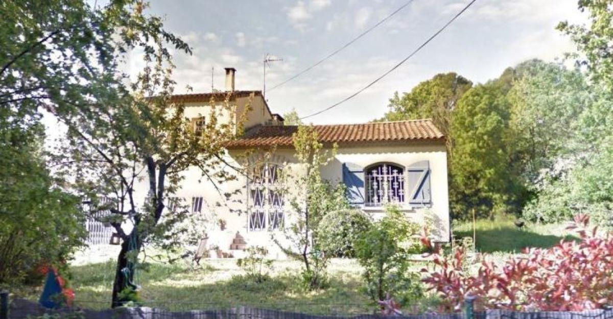 Maison ancienne avec un grand jardin d'arbustes, rue de Château Bon, La Martelle