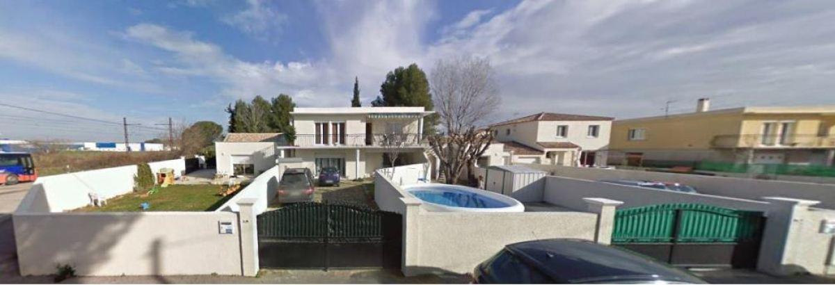 Une maison avec piscine à Valergues