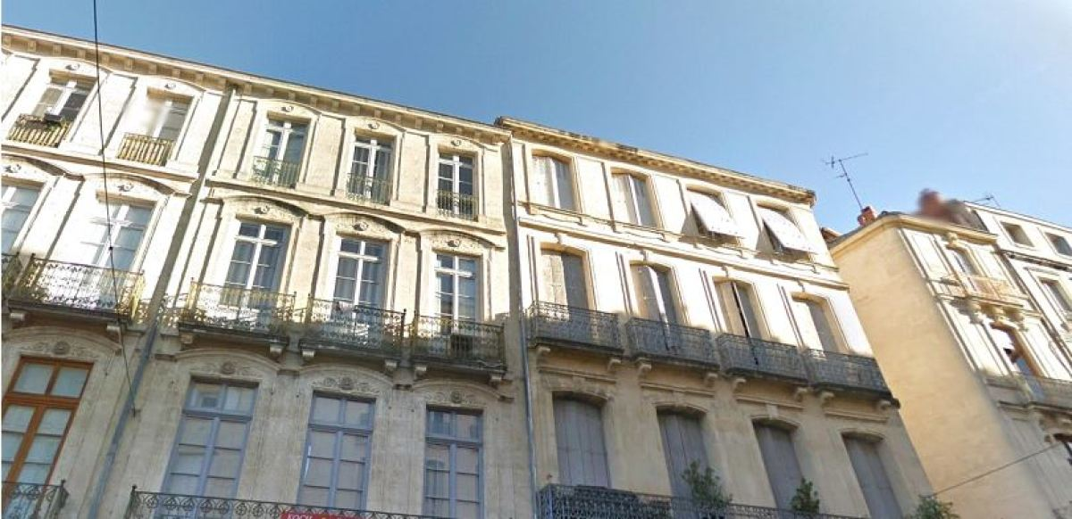 Immeuble avec balcons en fer forgé, rue Joseph Cambon