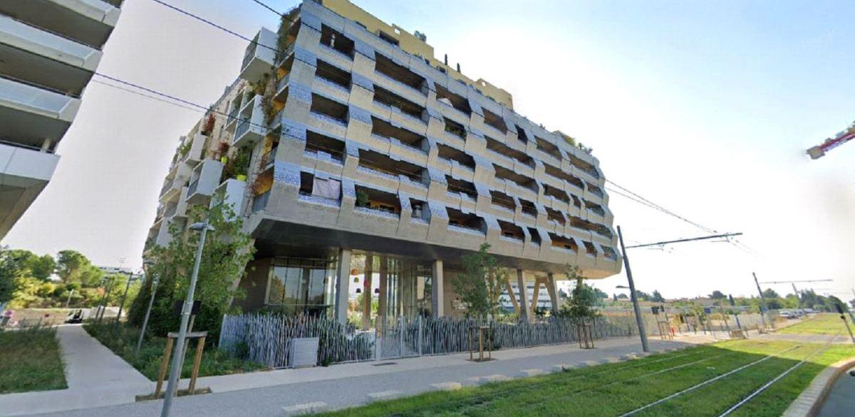 Un grand immeuble moderne sur l'avenue Germaine Tillon, Les Aiguerelles