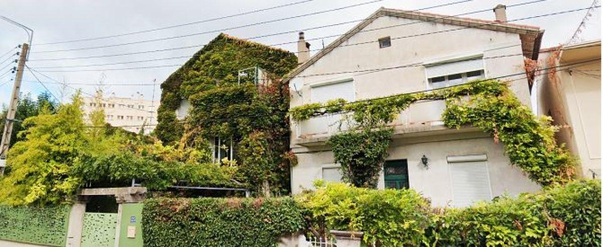 Une maison avec une façade végétalisée à Antigone, rue de la Pépinière
