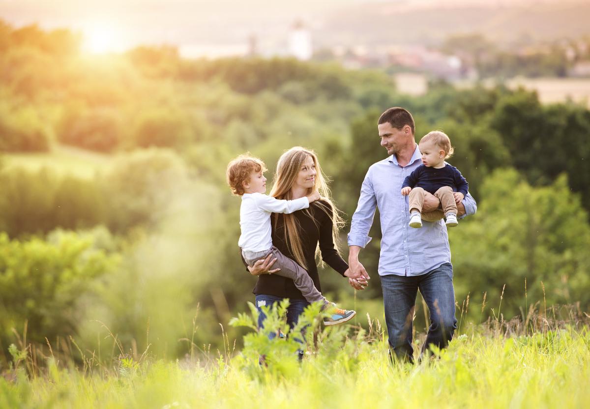 Une famille se promène en plein air