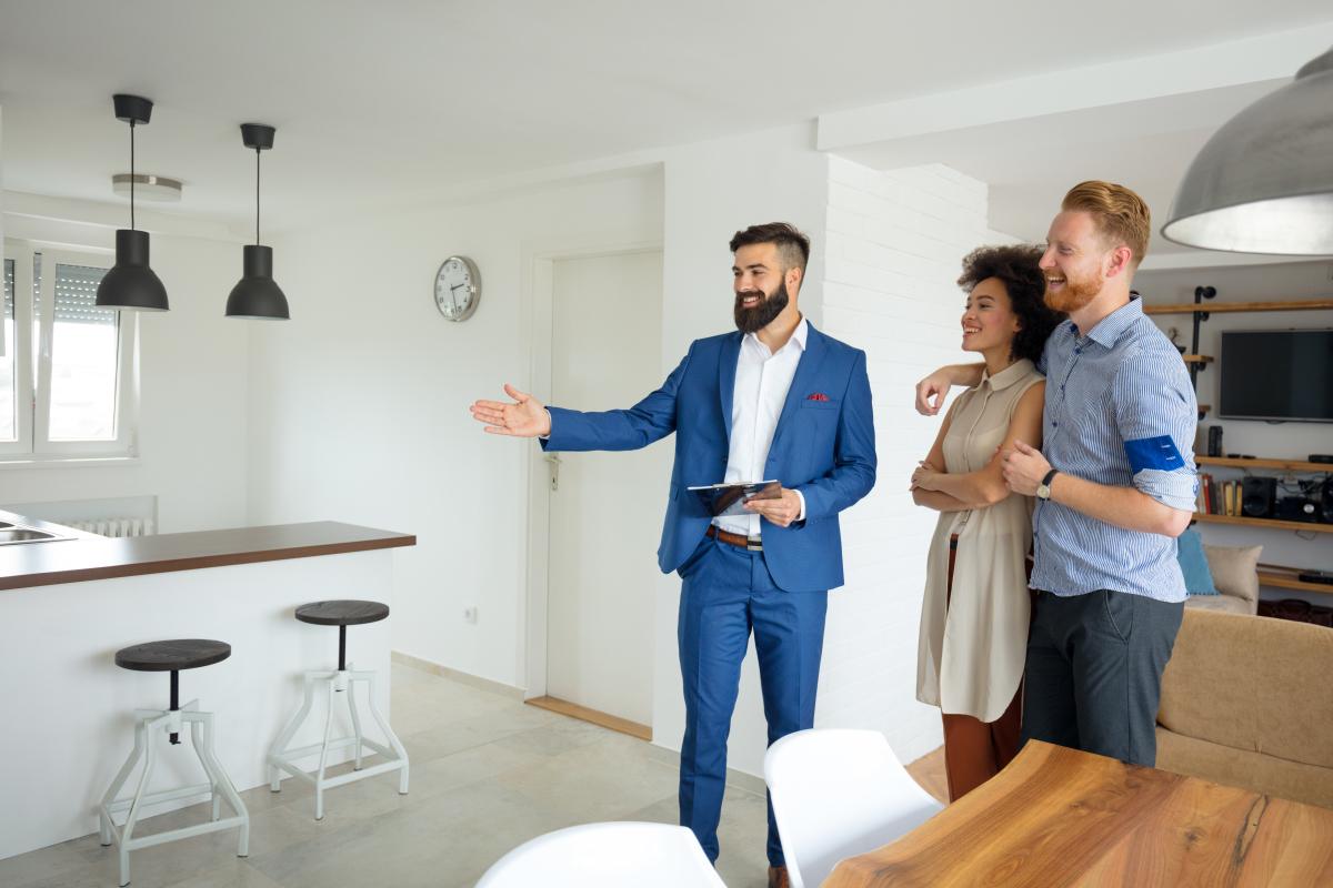 Un couple visite un appartement en location