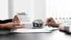 Immobilier neuf Montpellier - un courtier calcule la rentabilité locative d'un bien avec son client