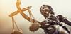 """Loi 4D – Statuette d'une femme portant une balance"""" représentant la justice"""
