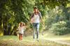 Avenue de L'Europe - Mère et sa fille jouant dans un parc boisé