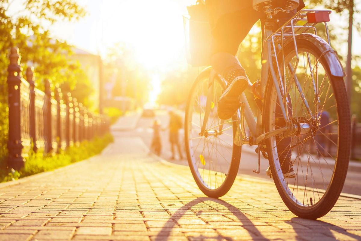 Avenue de L'Europe - Vélo au coucher de soleil sur une rue pavée