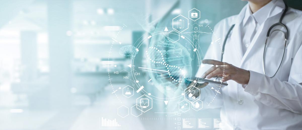 Med Vallée - Illustration d'un médecin consultant le dossier médical numérique d'un patient