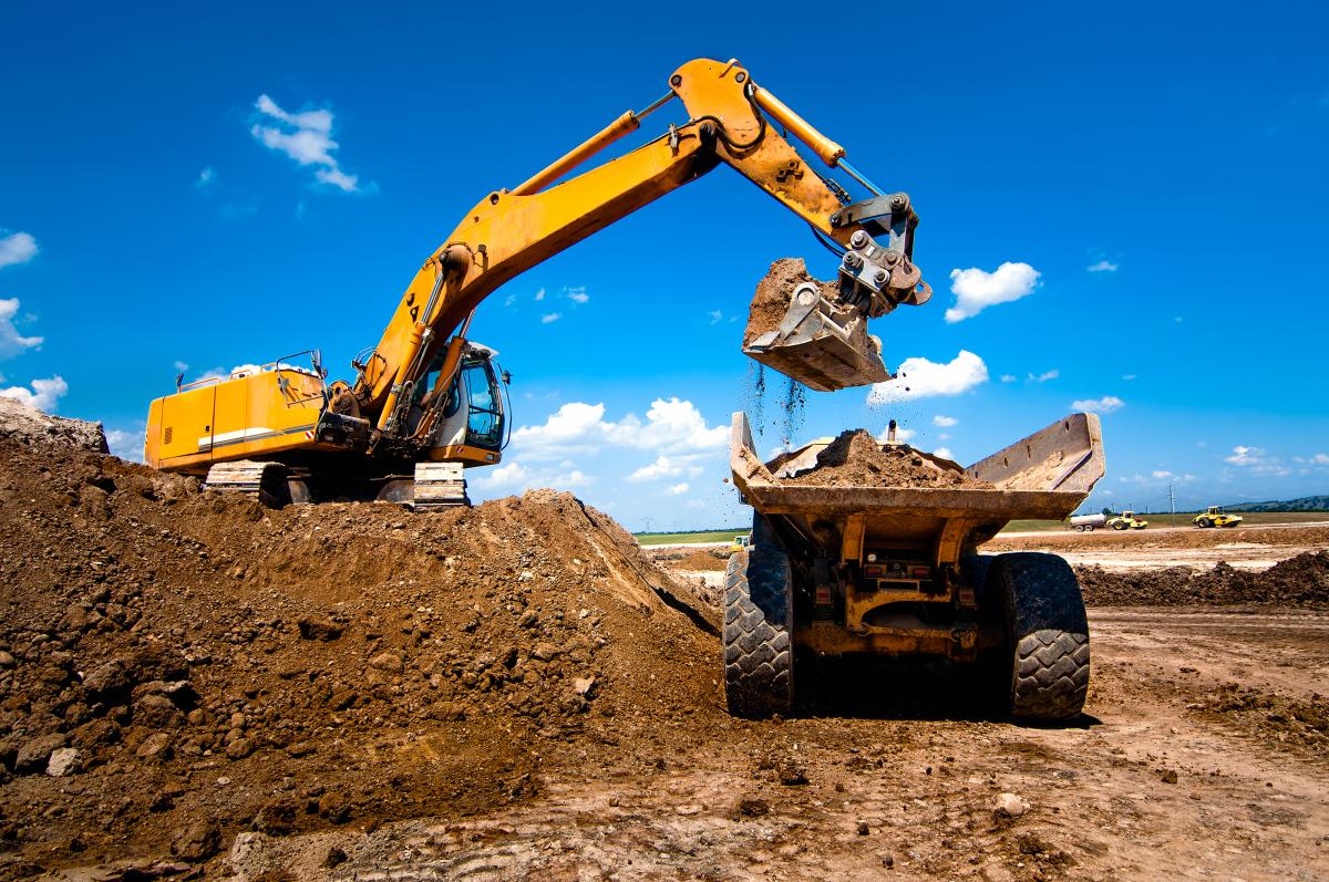 Projet Oxylane – Pelle mécanique et camion benne sur un chantier