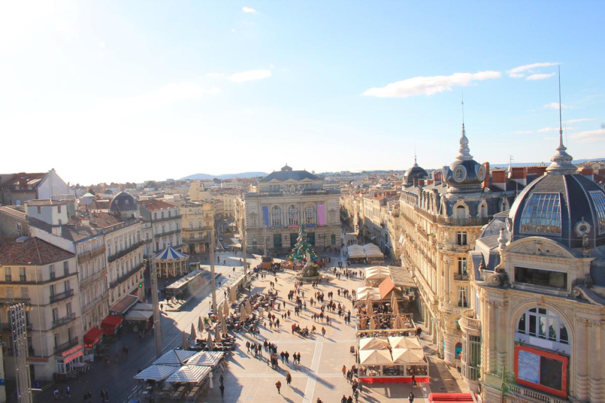 Immobilier neuf à Montpellier - Vue aérienne de la Place de la Comédie ensoleillée avec passants