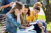 Collège Port Marianne – vue sur des adolescents discutant sur un banc